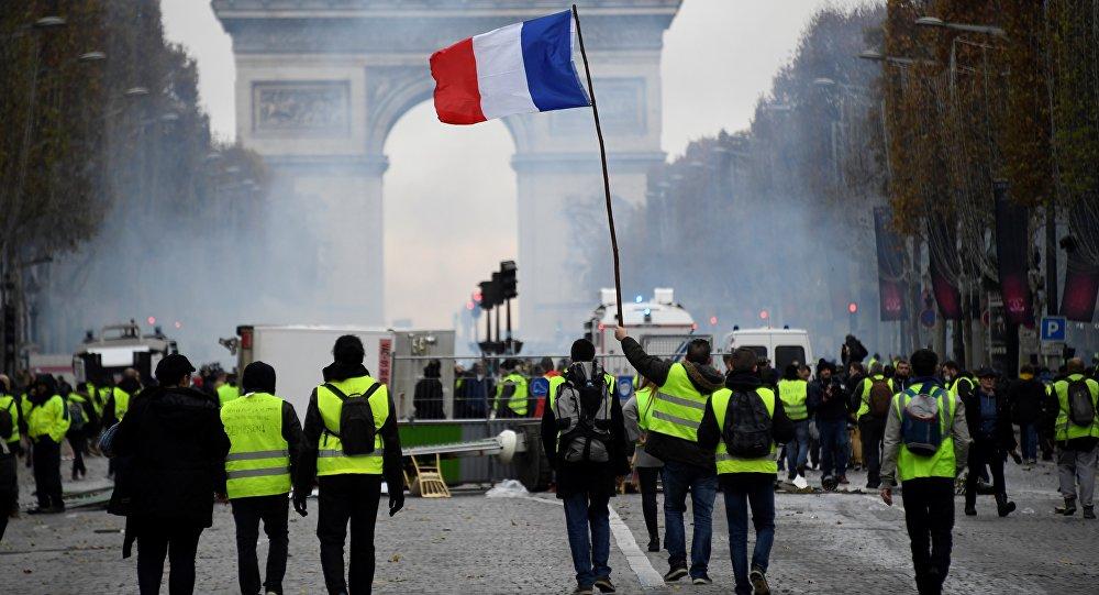 Con aumento de salarios Macron intentó parar las protestas en Francia sin  conseguirlo | La Portada Canadá